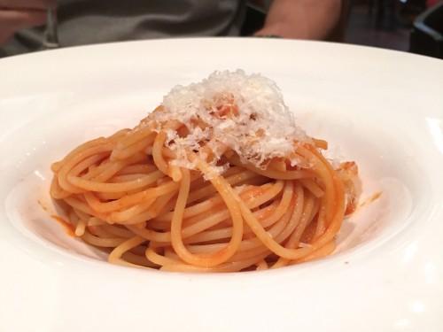 エノタヴォラ ダ ニコ (Enotavola da NICO)フレッシュトマトで作る爽やかなスパゲティ アマトリチャーナ夏バージョン