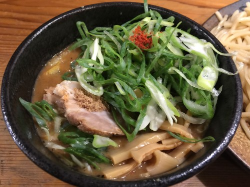 濃厚豚骨醤油ベースに魚介だしが入ったスープ