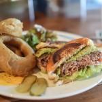 名古屋一?国際センターで食べる繋ぎなし牛肉100%の本格ハンバーガー