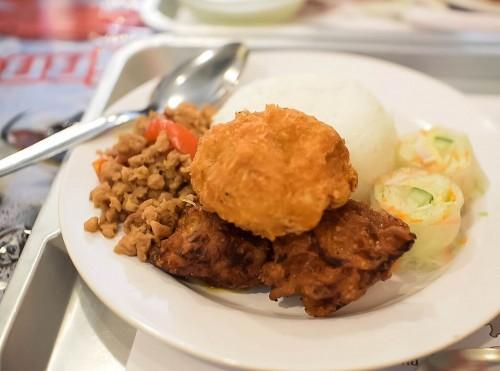 生春巻き・ハーブ風味の鶏からあげ・エビ団子の揚げ物・バジルチリ炒め・ジャスミンライスのワンプレート