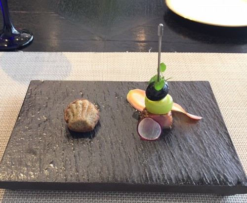 黒オリーブのプチマドレーヌ&鴨のスモークとマスカット、オリーブのピンチョス