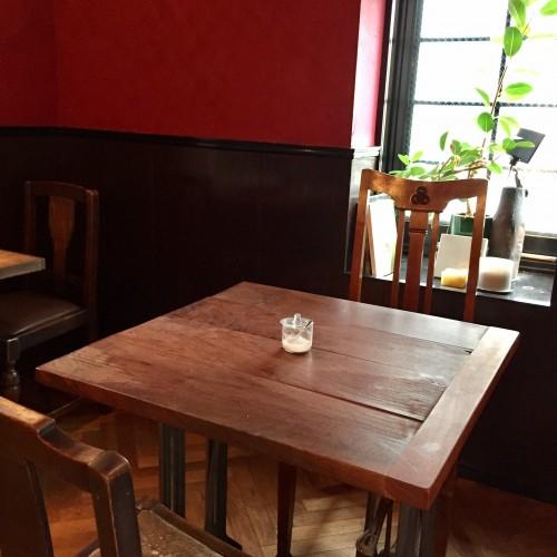 タキッサ (Takissa) 店内 テーブル