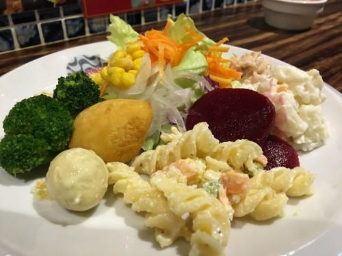 サラダやアラカルト、ホットフードやデザートを含めて22種類以上が食べ放題