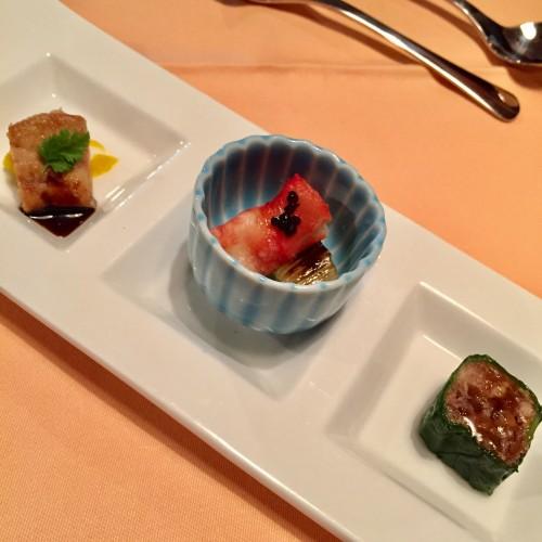 フォアグラ、タラバガニのマリネ、牛肉の佃煮のレタス巻き