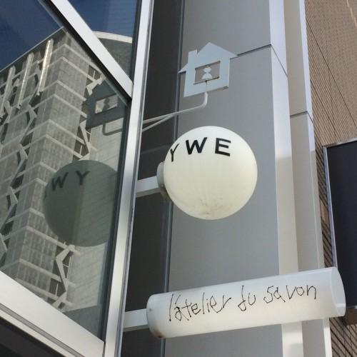 メゾン イー (Maison YWE) 看板