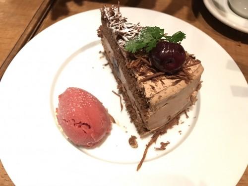 ダークチェリーとチョコレートケーキ