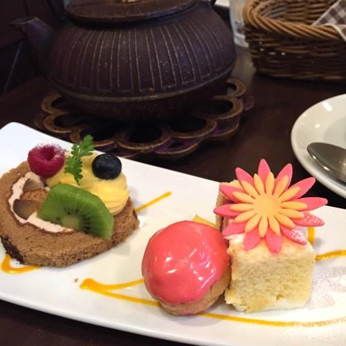 (左)マロンが巻かれたロールケーキと(右)ふわふわスポンジのショートケーキ
