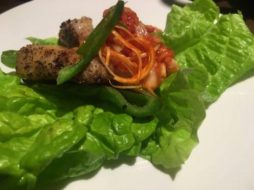 ソウルキッチン サンチュに豚肉や野菜を取り分けて