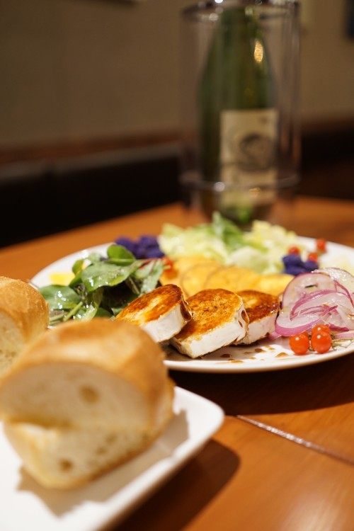 tRES 季節の野菜とやぎのチーズのサラダ