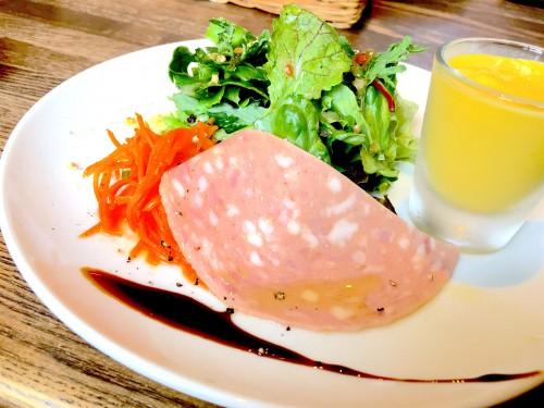 Coboカフェ (コボカフェ)サラダにハム、そしてかぼちゃの冷製スープ