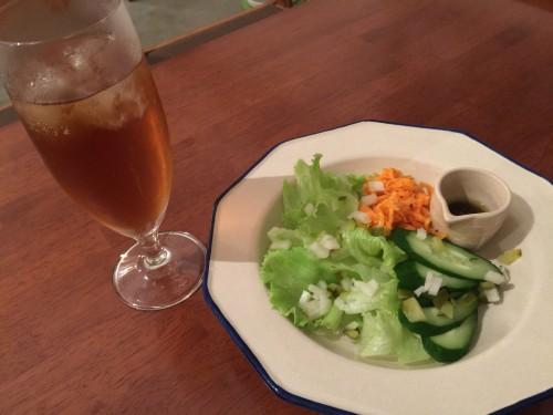 ジンジャーハイボールと野菜サラダ