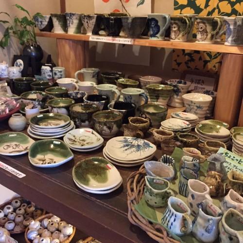 和風な小物や小さな陶器類も販売