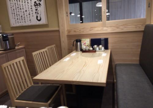カウンターテーブル席とテーブル席