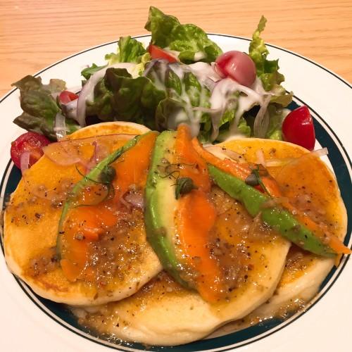 サーモンとアボガドのパンケーキ ¥1,050。