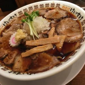 中村区名駅 丼を埋め尽くす○○で麺が見えな〜い!ラーメン界の革命児がプロデュースする、東京発の人気ラーメン店!
