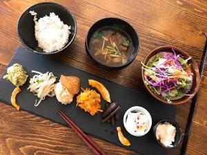 鶴舞 ザ・健康的!野菜をたっぷり使った7種類のおばんざいランチ♪
