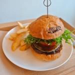 桜山|牛肉100%!炭火焼きハンバーガーが食べられるダイナー