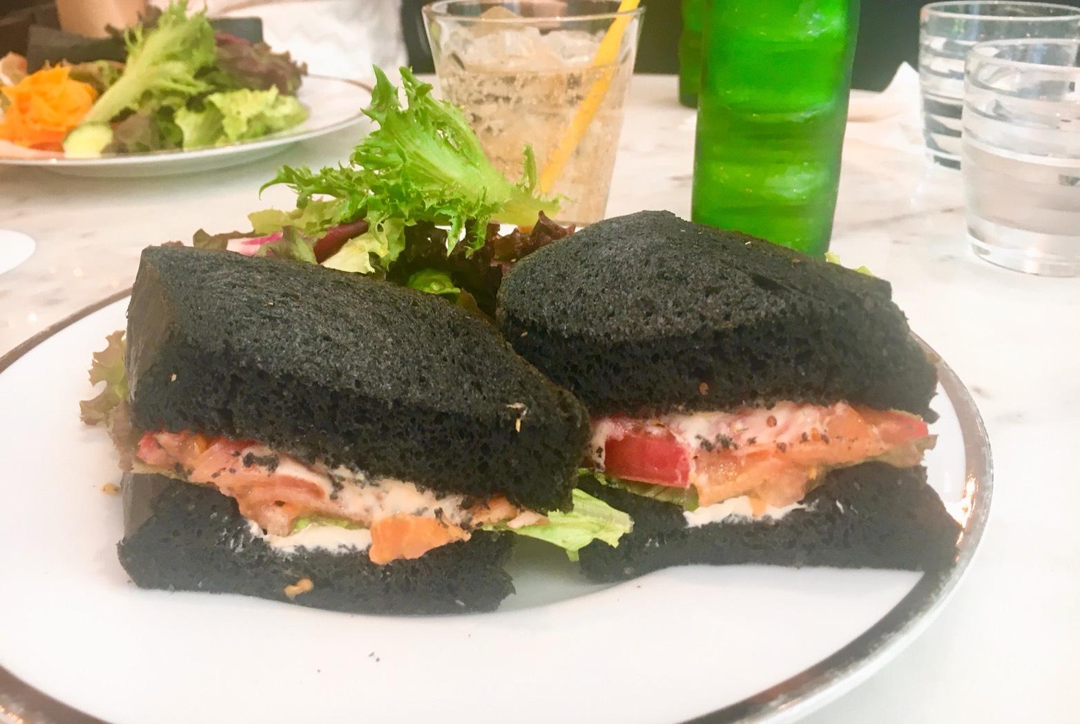 矢場町|サンドイッチが真っ黒?!外観ガラス張りおしゃれカフェ