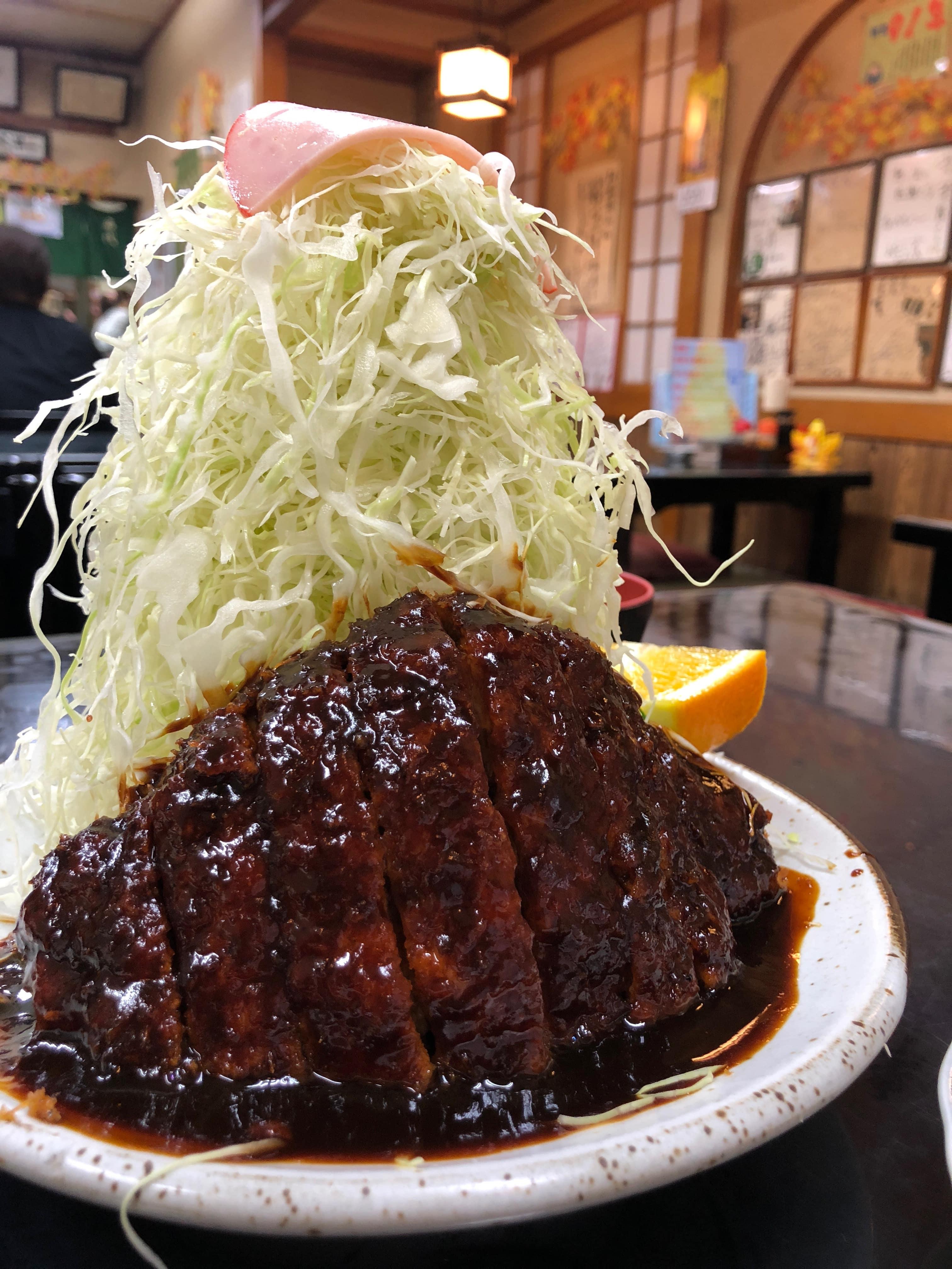 尾頭橋|昭和2年創業の老舗食堂が攻めてる!名古屋名物味噌カツを従えるキャベツタワー