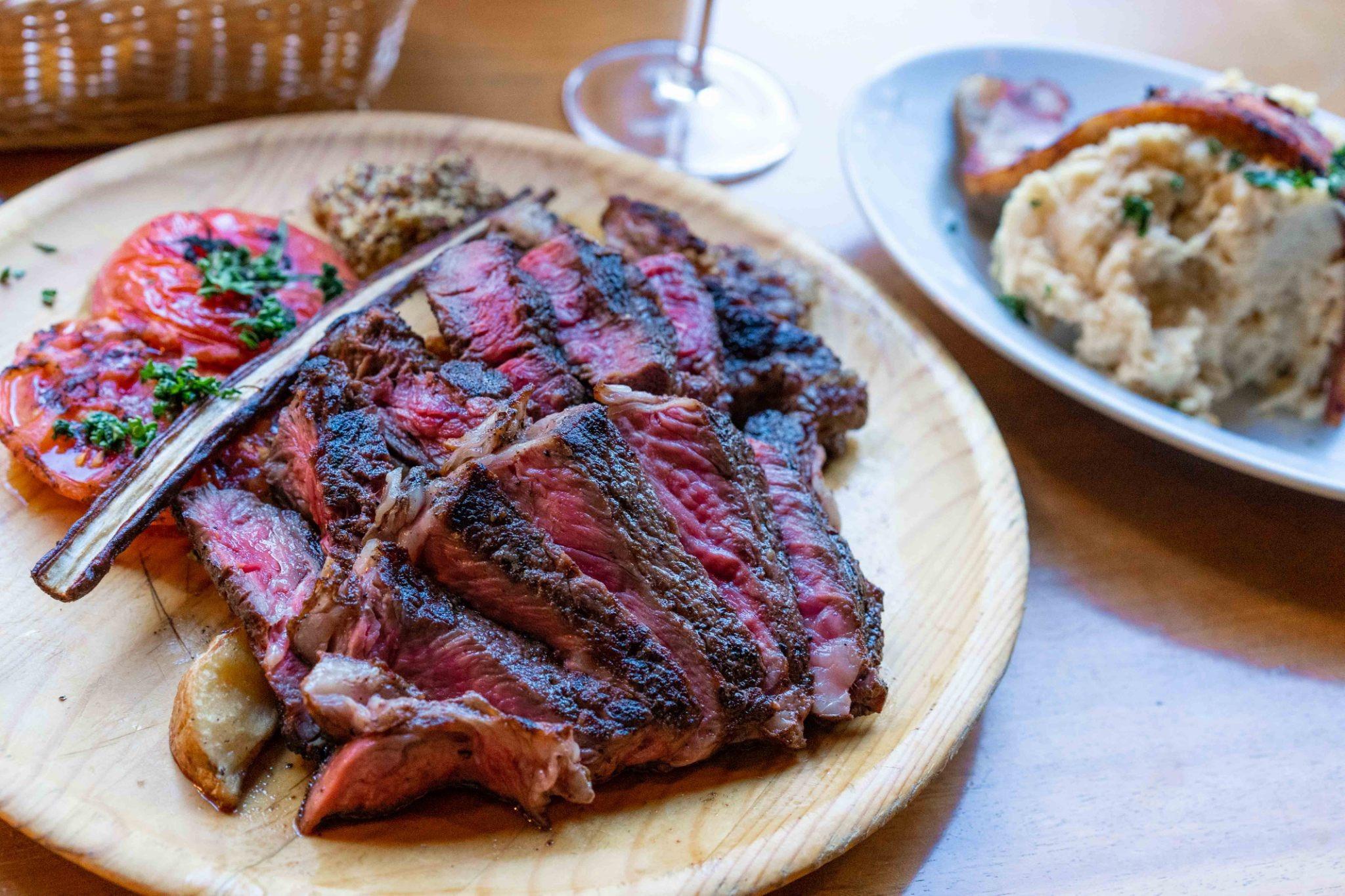 伏見|炭火で焼き上げるお肉と世界のワインを味わう!三拍子揃った欧風スタイルの肉バル