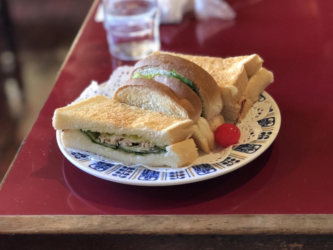 丸の内|赤いテーブルと椅子が渋い!名古屋城近くの古き良き喫茶店