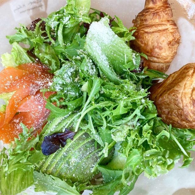 栄|ボリュームたっぷりのサラダで心も体も大満足。都会にいながらリゾート気分を味わえるレストラン