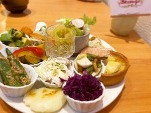 名古屋大学 シェフのこだわりがつまったデリがもりだくさん。野菜たっぷり豪華な前菜の盛り合わせランチが楽しめる洋食カフェ