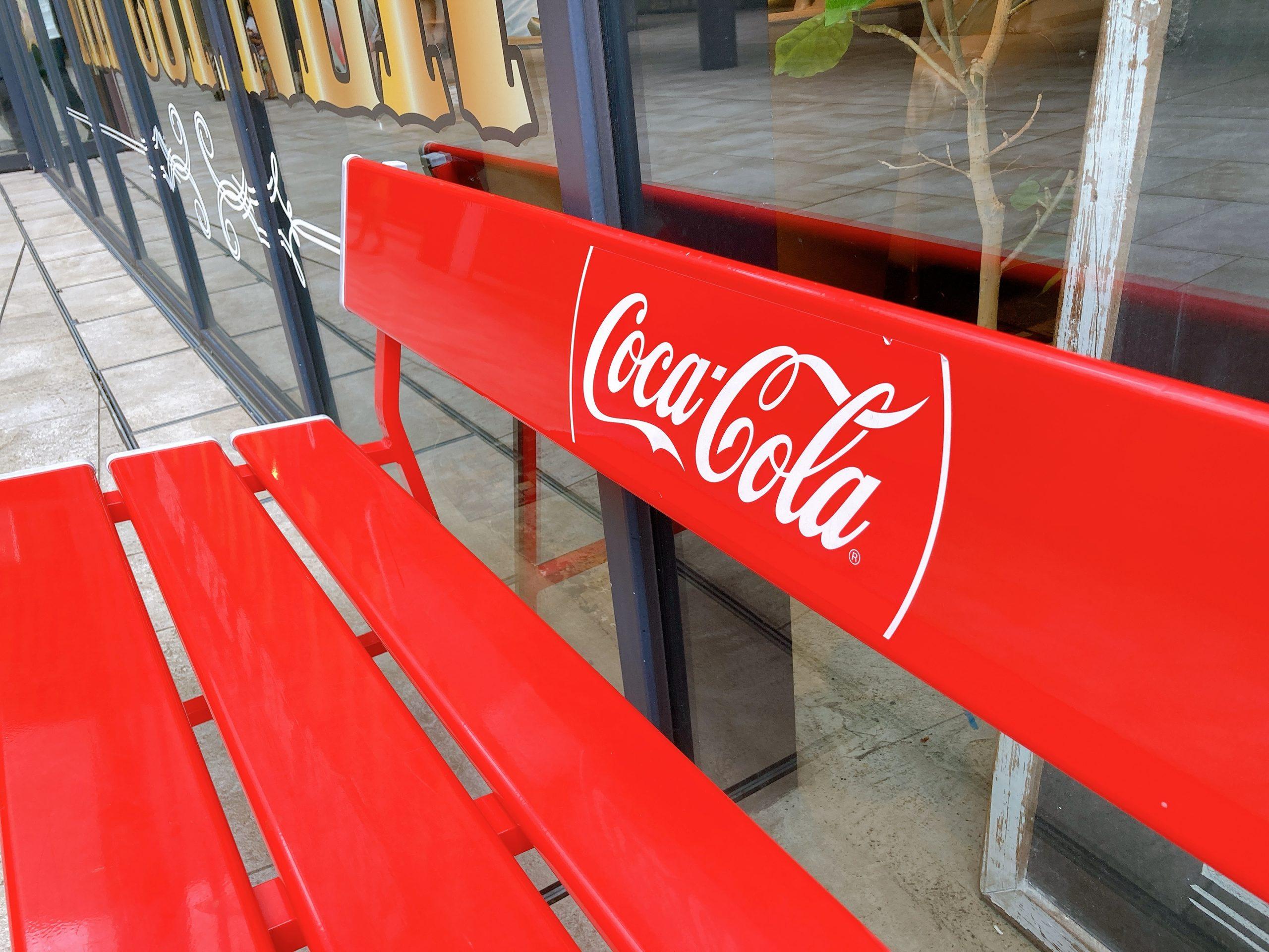 おしゃれな赤いベンチ