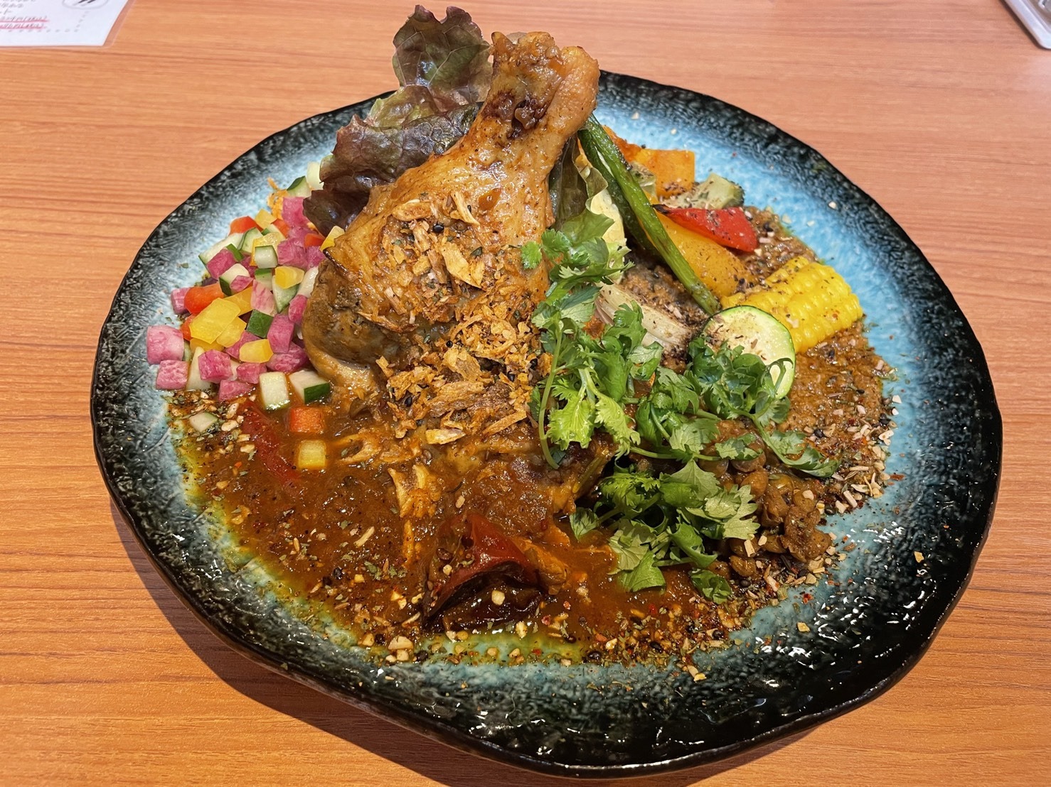 金山|圧巻のビジュアル!ナイフとフォークで食べる新感覚スパイス骨付き肉カレー