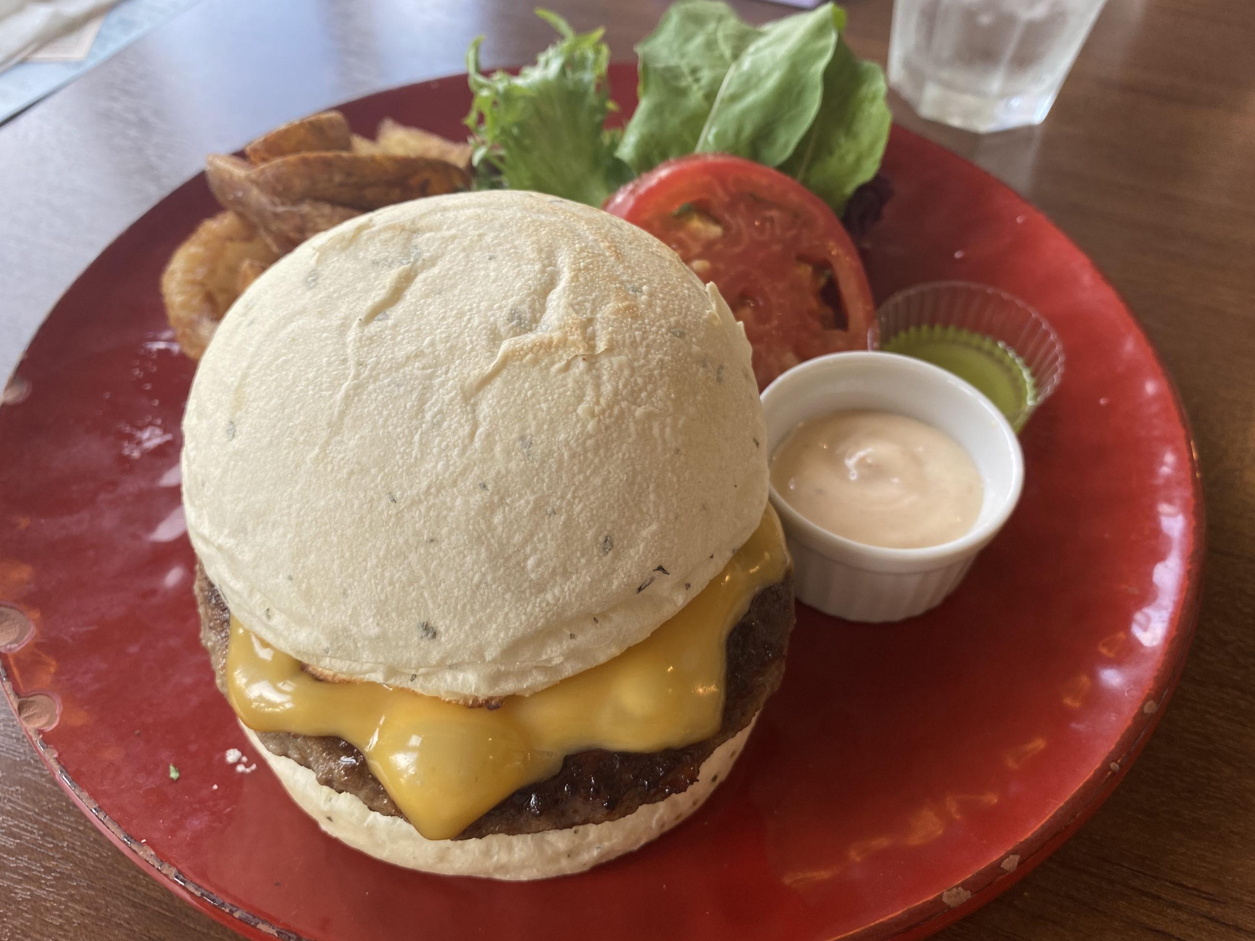 吹上|雑貨店に併設されたおしゃれなカフェでいただく素材にこだわったリッチなハンバーガー