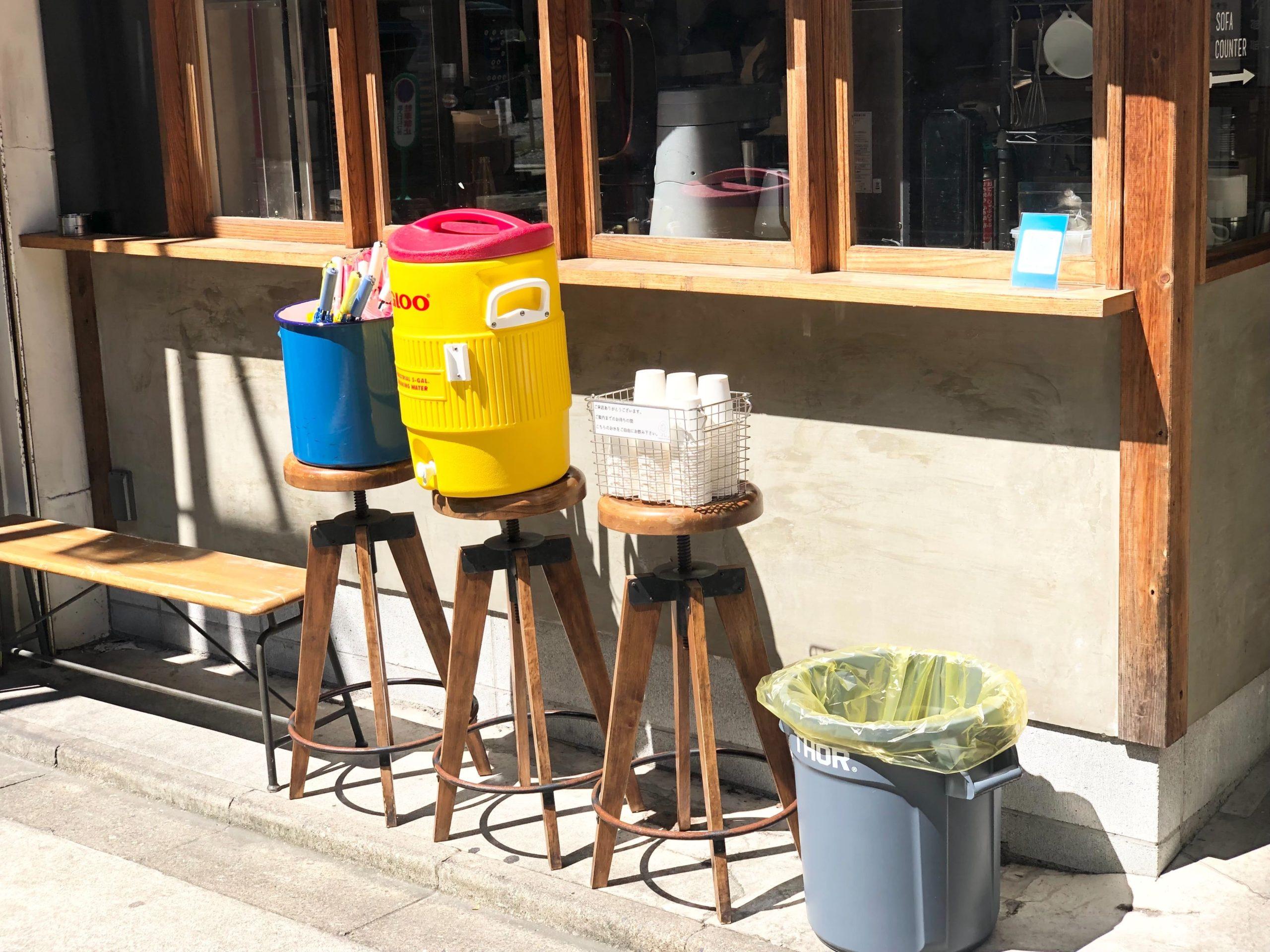「挽肉のトリコ」外に設置している飲料水と傘